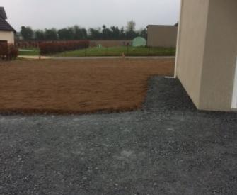 Remise en état d'un terrain avec engazonnement et création d'un parking